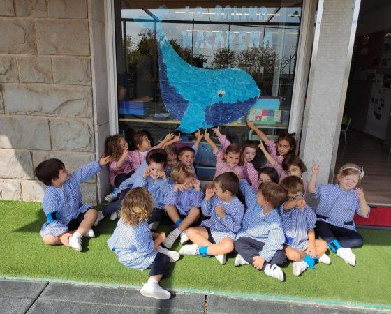 Els nens i nenes de P4 iniciem el projecte de «Les balenes» decorant la nostra mascota