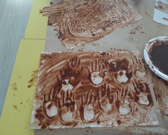 A P5 pintem amb cacau per representar les coves prehistòriques