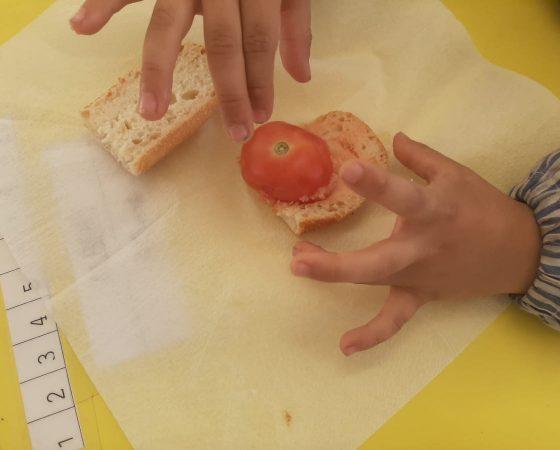 A P5 hem fet per esmorzar pa amb tomàquet i fuet. Després hem escrit la recepta.