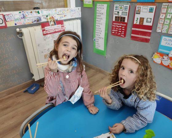 A P4 ens divertim molt menjant amb pals xinesos.