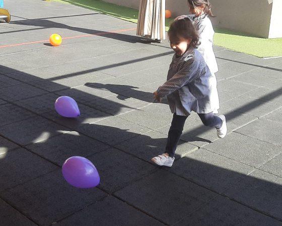 Las niñas y niños de P5 por fin disfrutamos de la fiesta de globos y pelotas.