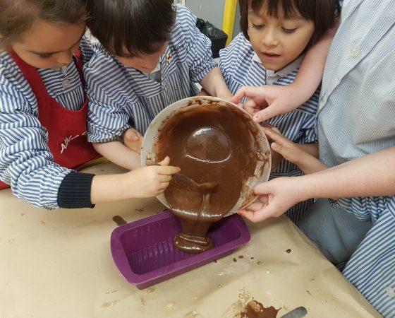 En lecto los de P5 hemos hecho una receta de un bizcocho de chocolate